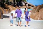Giovane famiglia, camminando lungo la spiaggia — Foto Stock