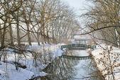 Parque y el río bajo la nieve — Foto de Stock