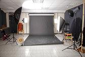профессиональная студия интерьер с черным фоном — Стоковое фото