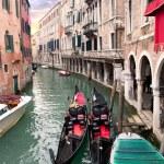 在威尼斯码头附近的两个缆车 — 图库照片