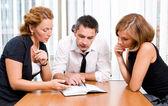 Gerente con los trabajadores de oficina en reunión — Foto de Stock