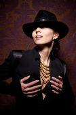 Kobieta z otwarte usta w czarny kapelusz — Zdjęcie stockowe