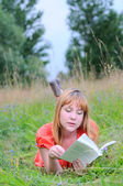 Young womanreading a book. — Stock Photo