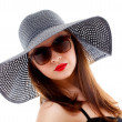 Young woman in black hat and sunglasses — Stockfoto