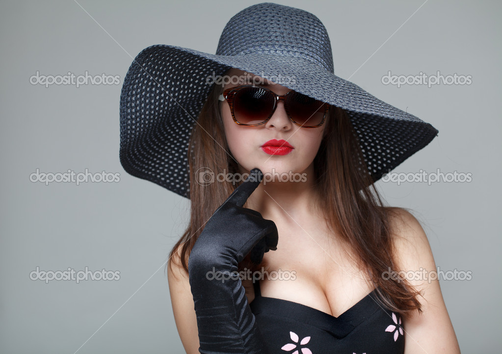 jeune femme au chapeau noir et lunettes de soleil photographie logoff 5028412. Black Bedroom Furniture Sets. Home Design Ideas