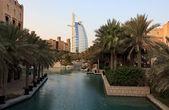 Architectural contrasts in Dubai. — Stock Photo