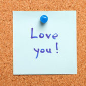 "Note with ""i love you"" confession on a cork board — Stock Photo"