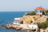 Luxury summer house on the hilly sea coast — Stock Photo