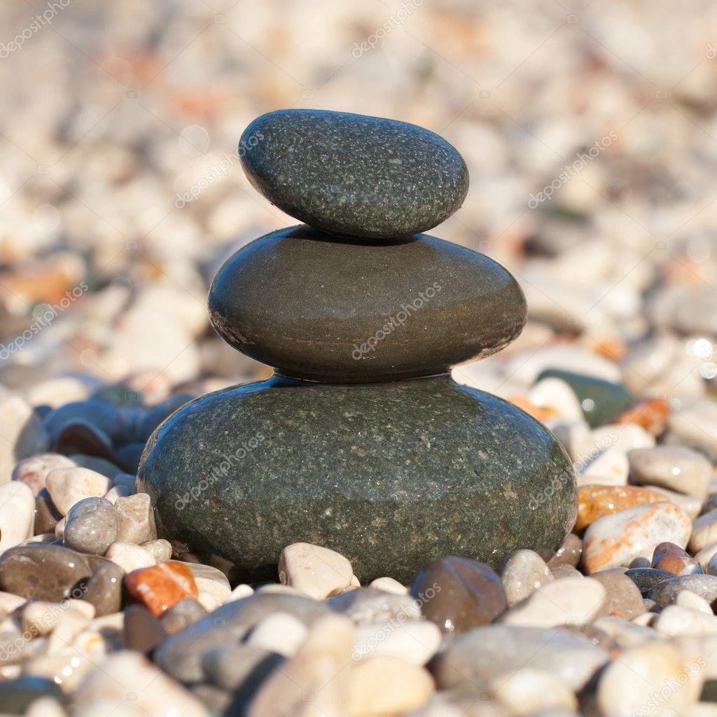 pyramide die mit nassen kies steine am strand stockfoto. Black Bedroom Furniture Sets. Home Design Ideas