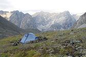 Tenda nas montanhas — Fotografia Stock