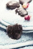 Serviette spa avec pierres - concept de la saint-valentin — Photo