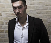 портрет молодого человека к кирпичной стене — Стоковое фото