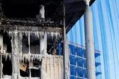 Toit de maison brûlée en cas de catastrophe — Photo