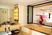 Interior moderno cuarto de baño en la villa de lujo, phuket, tailandia — Foto de Stock