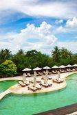 Schwimmbad im luxus-hotel, phuket, thailand — Stockfoto