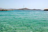 Turkoois egeïsche zee in de buurt van strand van luxehotel met uitzicht op de jacht, — Stockfoto