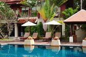 бассейн в современная роскошная вилла, остров самуи, таиланд — Стоковое фото