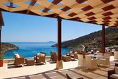 Chairs at sea view relaxation area of luxury hotel, Crete, Greec — Foto de Stock