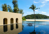 Palmeira para a praia e piscina, phuket, tailândia — Foto Stock