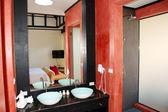 Moderne badezimmer interieur im luxus villa, phuket, thailand — Stockfoto