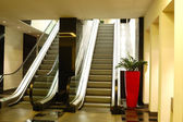 Escada rolante no interior do hotel de luxo em iluminação de noite, patta — Foto Stock