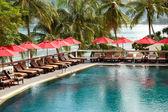 游泳池在豪华的酒店,普吉岛,泰国 — 图库照片