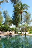 Piscina en la playa del hotel de lujo, phuket, tailandia — Foto de Stock