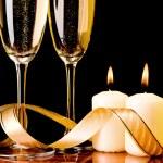 twee glazen met champagne en kaarsen — Stockfoto