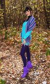 Vacker flicka i höst park — Stockfoto