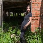 fille en noir parmi les ruines — Photo