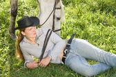 молодая женщина с ее лошадь — Стоковое фото