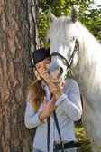 Mujer joven con su caballo — Foto de Stock