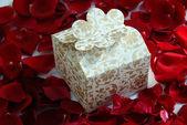 De gift van de Valentijnskaart parel op rozenblaadjes — Stockfoto