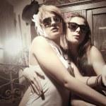 zwei mode sexy frauen tragen sonnenbrillen — Stockfoto