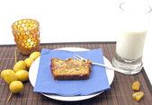Selbstgemachter dattelkuchen mit datteln arrangiert — Foto Stock