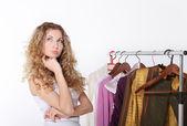 Garota, selecionando as roupas na loja — Fotografia Stock