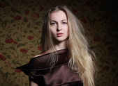 Schoonheid blond meisje in bruin jurk — Stockfoto