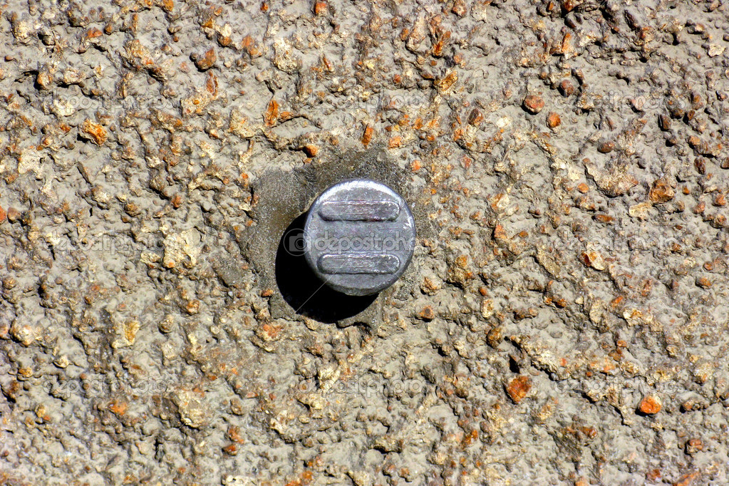 Concrete wall with round metal object in the centre — Stockfoto #5171389