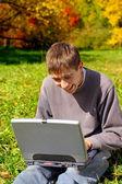 подросток с ноутбука — Стоковое фото