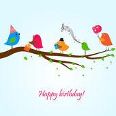 Tarjeta de cumpleaños con los pájaros lindos con flores y regalos — Vector de stock