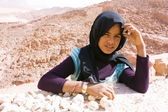 Grimy Bedouin child sells geodes in the desert — Stock Photo