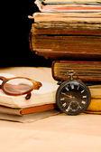 Mucchio di vecchi libri e cose diverse — Foto Stock