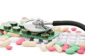 Förpackningar av piller och stetoskop isolerade — Stockfoto