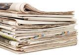 Beyaz arka plan üzerinde çeşitli gazeteler — Stok fotoğraf