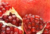 Sfondo di un semi di frutta rossa succosa melograno maturo da vicino — Foto Stock