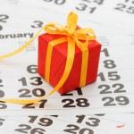 caixa com um presente na folha do calendário..--dia dos namorados — Foto Stock #4930006