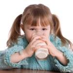 小女孩用牛奶玻璃 — 图库照片