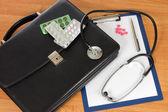 Czarny portfel i wewnętrzny na stole — Zdjęcie stockowe