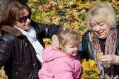 Famiglia felice nel parco d'autunno — Foto Stock