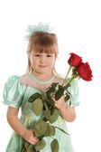 Het kleine meisje met een boeket rozen — Stockfoto